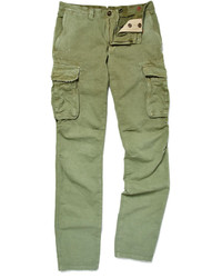 This combo of a khaki cardigan and cargo pants will enable you to keep your off-duty style clean and simple.