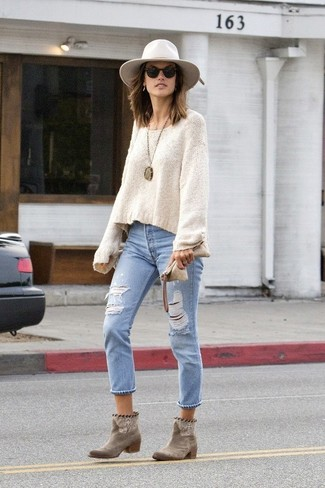 How to wear: white wool hat, brown suede ankle boots, light blue ripped jeans, beige oversized sweater