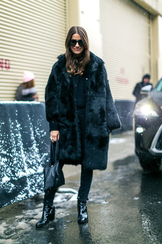 How to wear: black leather tote bag, black leather ankle boots, black skinny jeans, black fur coat
