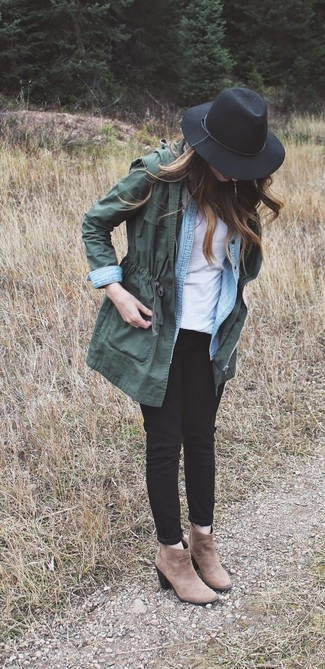 A dark green anorak jacket and black distressed skinny jeans will give off this very sexy and chic vibe. Rock a pair of brown suede ankle boots to va-va-voom your outfit.
