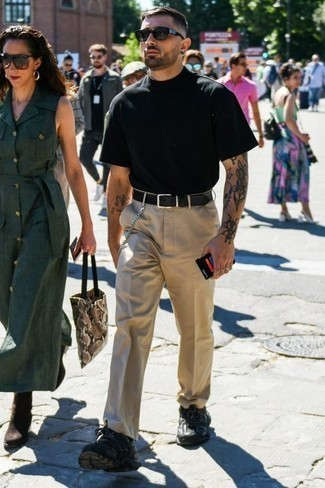 Men's Looks & Outfits: What To Wear In 2020: A black crew-neck t-shirt and khaki chinos are the kind of a no-brainer casual combo that you so awfully need when you have no time. When this outfit looks all-too-classic, dress it down by slipping into black athletic shoes.