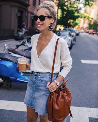 How to wear: black sunglasses, tobacco leather backpack, blue denim mini skirt, beige v-neck sweater