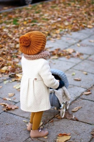 How to Wear Yellow Tights For Girls: Suggest that your little princess wear a white coat with yellow tights for a fun day out at the playground. The footwear choice here is pretty easy: finish this ensemble with beige boots.