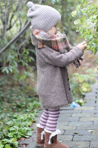 How to Wear Brown Uggs For Girls: Opting for a grey coat will surely set your child apart from the kid crowd. Brown uggs are a savvy choice to complete this ensemble.