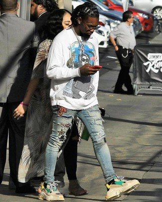 How to wear: beige athletic shoes, light blue ripped skinny jeans, white print sweatshirt