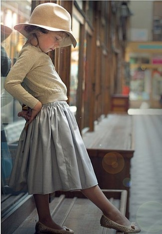 How to wear: beige hat, beige ballet flats, grey skirt, beige cardigan