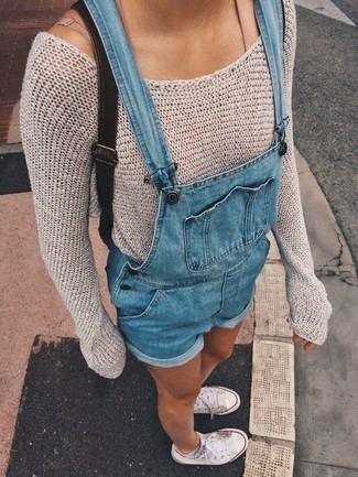How to wear: beige crew-neck sweater, blue denim overall shorts, white canvas low top sneakers, black leather backpack