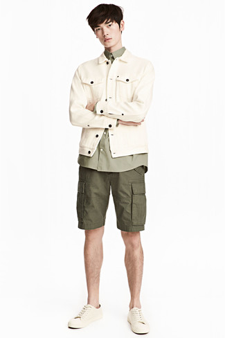 How to wear: beige denim jacket, olive long sleeve shirt, olive shorts, beige leather low top sneakers