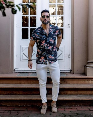 How to wear: black sunglasses, beige suede derby shoes, white skinny jeans, navy floral short sleeve shirt
