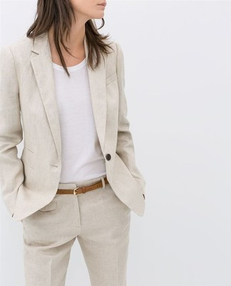 How to Wear a Beige Linen Blazer For Women: Marrying a beige linen blazer with beige linen dress pants is a great choice for a totaly chic and polished outfit.