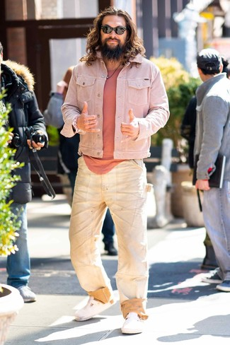 How to wear: white leather sandals, beige jeans, pink crew-neck t-shirt, pink denim jacket