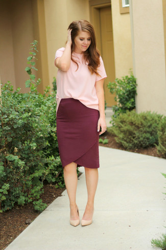 How to wear: beige leather pumps, burgundy pencil skirt, pink crew-neck t-shirt