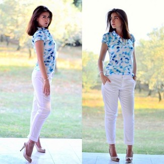 How to Wear a White Polo For Women: A white polo and white chinos are a nice combination to incorporate into your off-duty styling routine. Beige cutout leather pumps are the most effective way to add an extra touch of chic to your outfit.