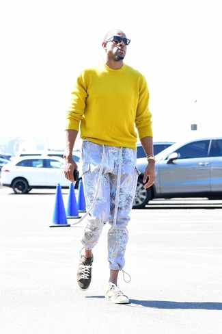 How to wear: black sunglasses, beige suede low top sneakers, light violet print cargo pants, yellow crew-neck sweater