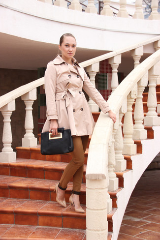 How to Wear Brown Skinny Pants: For an ensemble that's very straightforward but can be smartened up or dressed down in plenty of different ways, wear a beige trenchcoat and brown skinny pants. Beige leather pumps look incredible completing your look.