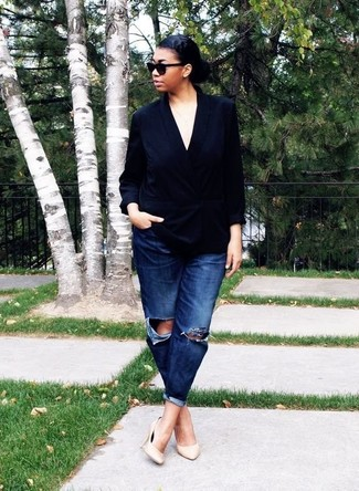 How to wear: black sunglasses, beige leather pumps, navy ripped boyfriend jeans, black silk double breasted blazer