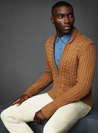 How to wear: beige skinny jeans, light blue denim shirt, brown zip sweater