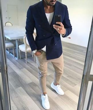 How to wear: white leather low top sneakers, beige skinny jeans, white crew-neck t-shirt, navy double breasted blazer