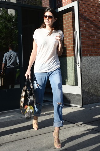 How to wear: beige suede heeled sandals, light blue ripped boyfriend jeans, white crew-neck t-shirt