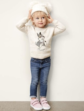 How to wear: beige sweater, navy jeans, pink sneakers, white beanie