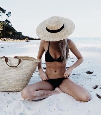 How to wear: beige straw hat, beige straw tote bag, black bikini pant, black bikini top
