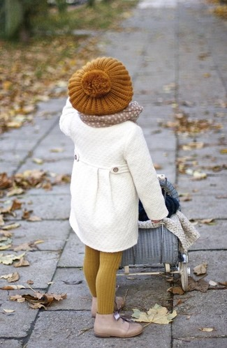 How to Wear Yellow Tights For Girls: Dress your child in a white coat and yellow tights for a fun day out at the playground. Beige desert boots are a wonderful choice to complement this outfit.