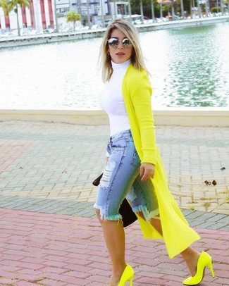 How to wear: green-yellow leather pumps, light blue ripped denim bermuda shorts, white turtleneck, green-yellow long cardigan