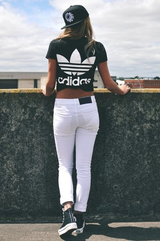 How to wear: black and white print cap, black and white high top sneakers, white skinny jeans, black and white print crew-neck t-shirt
