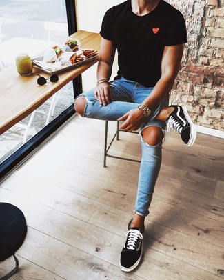 How to wear: black and white low top sneakers, blue ripped skinny jeans, black print crew-neck t-shirt