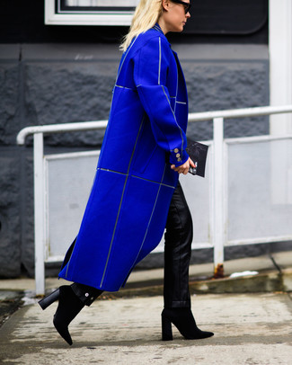 How to wear: black leather clutch, black suede ankle boots, black leather skinny pants, blue coat