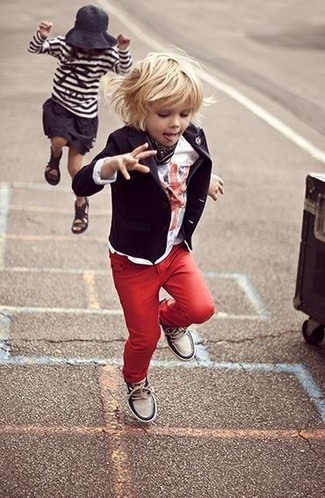 How to wear: black blazer, white t-shirt, red jeans, white sneakers