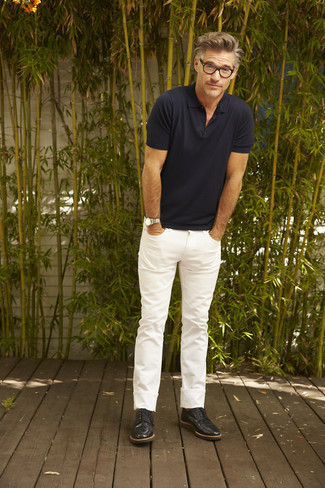 How to Wear White Jeans For Men: If you love relaxed combinations, why not try this combination of a navy polo and white jeans? On the fence about how to round off this ensemble? Rock a pair of black leather derby shoes to bump it up a notch.