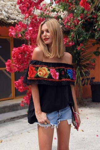Something as simple as opting for a black embroidered peasant blouse and a bag can potentially set you apart from the crowd. This here is hard proof that one actually can survive the scorching heat, all while looking fresh and clean.