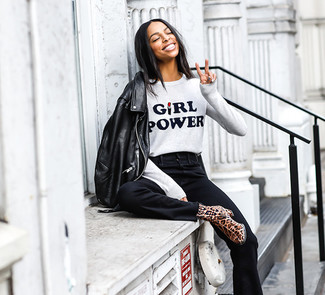 How to wear: brown leopard leather ankle boots, black flare jeans, grey print crew-neck sweater, black leather biker jacket