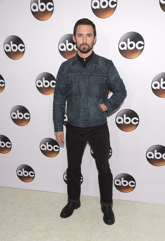 How to wear: black leather desert boots, black jeans, black long sleeve shirt, navy denim jacket