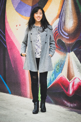 How to wear: black leather ankle boots, black ripped jeans, white star print crew-neck t-shirt, grey coat