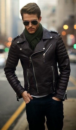 This combo of a black leather motorcycle jacket and navy jeans will enable you to keep your off-duty style clean and simple.