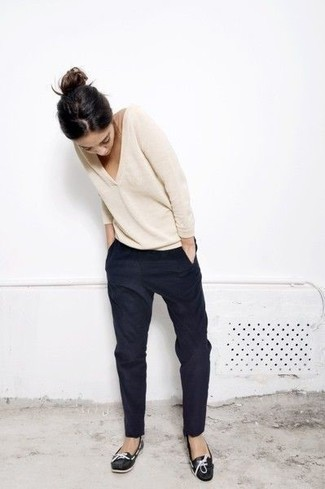 How to wear: black leather boat shoes, black tapered pants, beige v-neck sweater