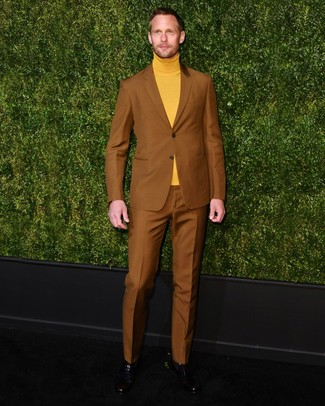 A tobacco suit and a mustard turtleneck are among the unshakeable foundations of a properly coordinated menswear collection. Introduce black leather chelsea boots to this outfit and the whole getup will come together.