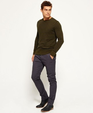How to wear: black leather chelsea boots, navy chinos, olive horizontal striped crew-neck sweater