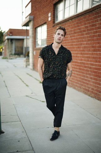 How to Wear Black Chinos In Summer: A dark green print short sleeve shirt and black chinos are a savvy combo worth having in your casual fashion mix. And if you wish to easily amp up this ensemble with a pair of shoes, why not add a pair of black leather double monks? Both stylish and summer-friendly, you can rock this getup all season long.