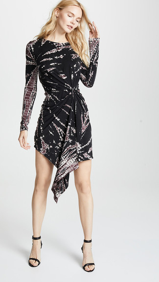 How to wear: black leather heeled sandals, black tie-dye casual dress