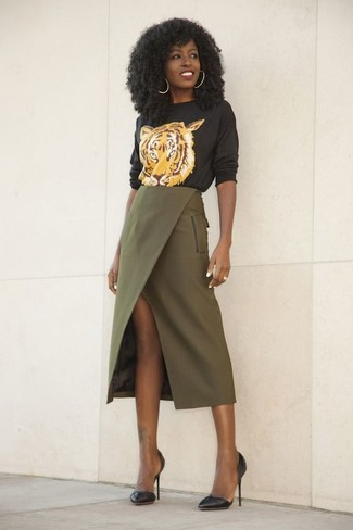How to Wear a Black Print Crew-neck Sweater For Women: This off-duty combo of a black print crew-neck sweater and an olive slit midi skirt is a surefire option when you need to look chic but have no time. Kick up the dressiness of this getup a bit with black leather pumps.