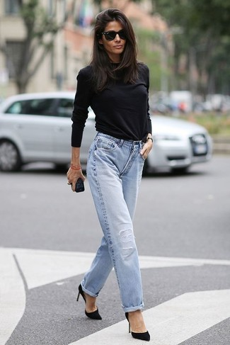 Marry a black long sleeve t-shirt with baby blue boyfriend jeans to effortlessly deal with whatever this day throws at you. Black suede pumps will bring a classic aesthetic to the ensemble. This one will play especially nice when warmer days are here.