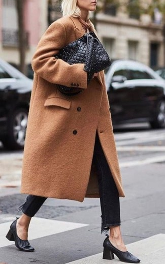 Women's Looks & Outfits: What To Wear In 2020: This combination of a camel coat and black jeans combines comfort and practicality and helps you keep it low profile yet modern. The whole ensemble comes together if you complete your ensemble with a pair of black leather pumps.
