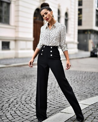 How to Wear Black Wide Leg Pants: This combination of a white and black print dress shirt and black wide leg pants makes for the perfect base for an outfit. Let your outfit coordination skills truly shine by finishing off this ensemble with a pair of black leather pumps.