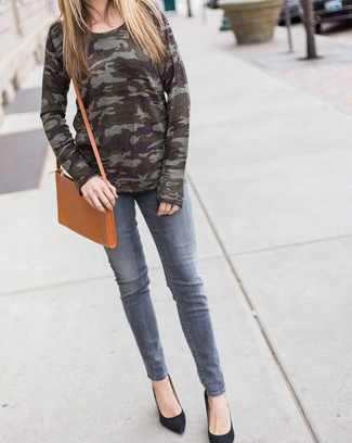 How to wear: tan leather crossbody bag, black suede pumps, grey jeans, olive camouflage crew-neck sweater
