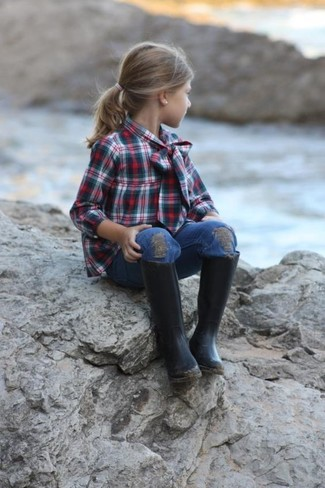 How to Wear Black Rain Boots For Girls: Teach your daughter how to look put-together and stylish by suggesting that she pair a dark green long sleeve shirt with blue jeans. Black rain boots are a wonderful choice to round off this getup.