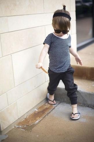 How to wear: black sandals, black leggings, navy t-shirt