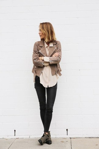 How to wear: black studded leather ankle boots, black leather skinny jeans, beige dress shirt, brown leather biker jacket